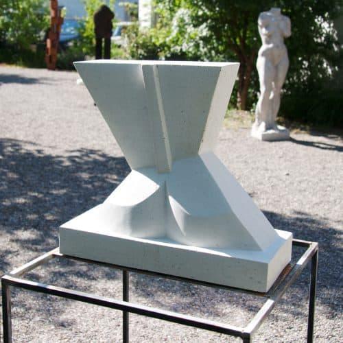 Heinz P. Nitzsche - Amazone, Torso auf Stahlsockel, 2017 | Steinguss | 142 x 40 x 40 cm